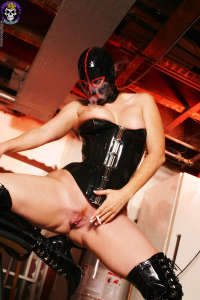 Petra in black and red rubber spreading
